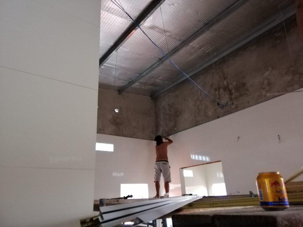 nhà mái tôn có nên làm trần thạch cao không