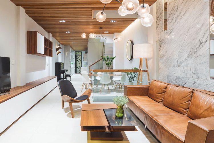 phòng khách đẹp nhà ống ốp gỗ