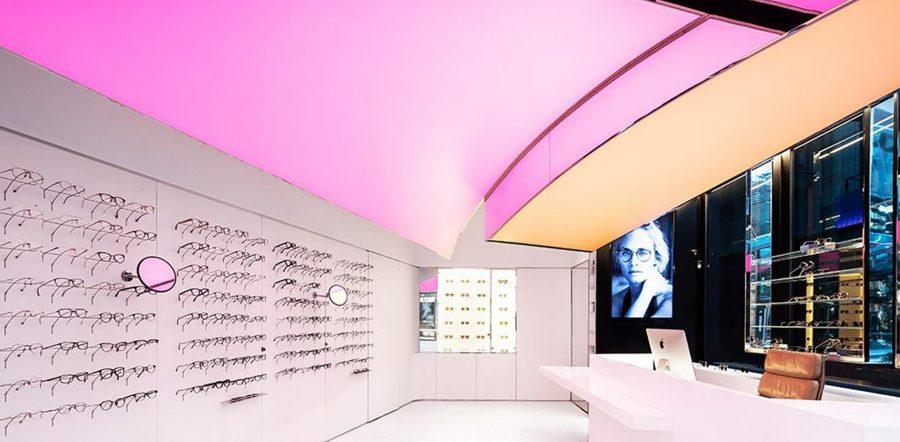 Mẫu trần căng xuyên sáng ứng dụng cho showroom kính mắt