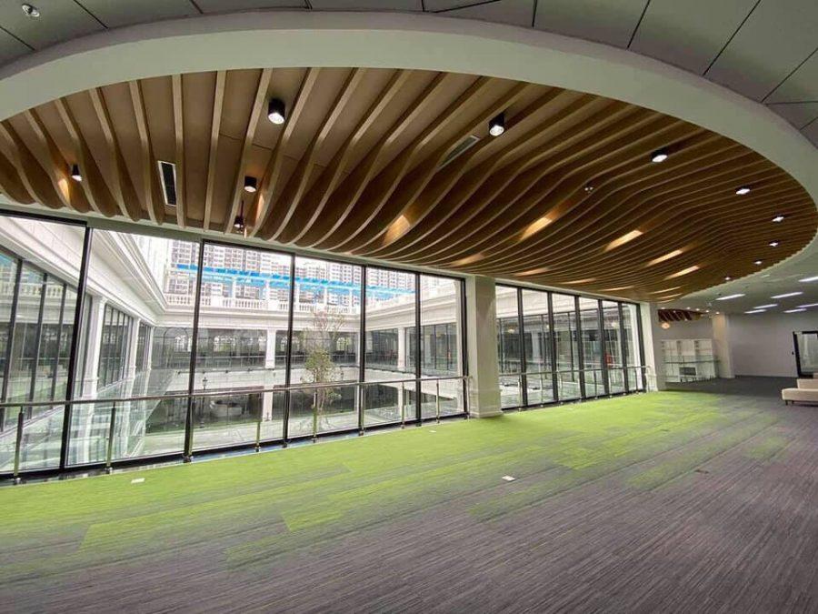 Mẫu trần lượn sóng mở rộng không gian cho hành lang văn phòng