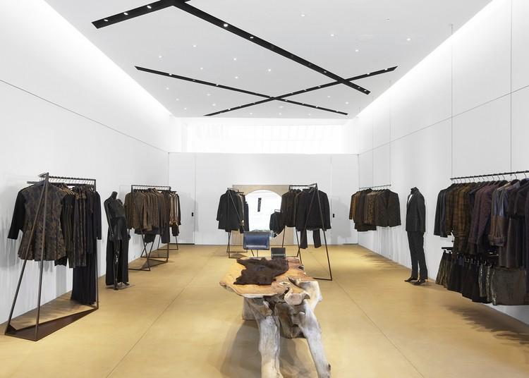 Mẫu trần thạch cao cửa hàng quần áo đẹp