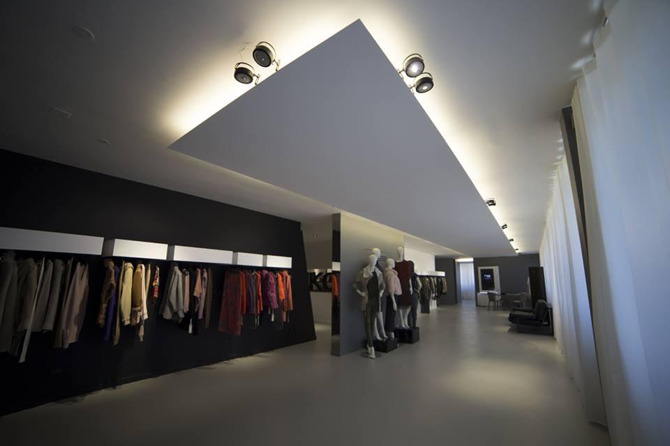 mẫu trần thạch cao cửa hàng giật cấp