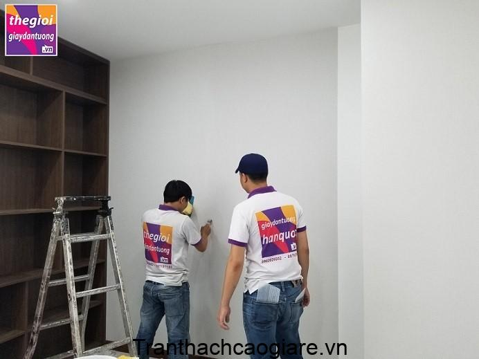 Thi công giấy dán tường đòi hỏi sự kỹ càng trong từng bước nhỏ nhất