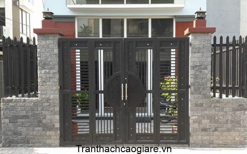 Mẫu cửa sắt phối cách với hàng rào đẹp