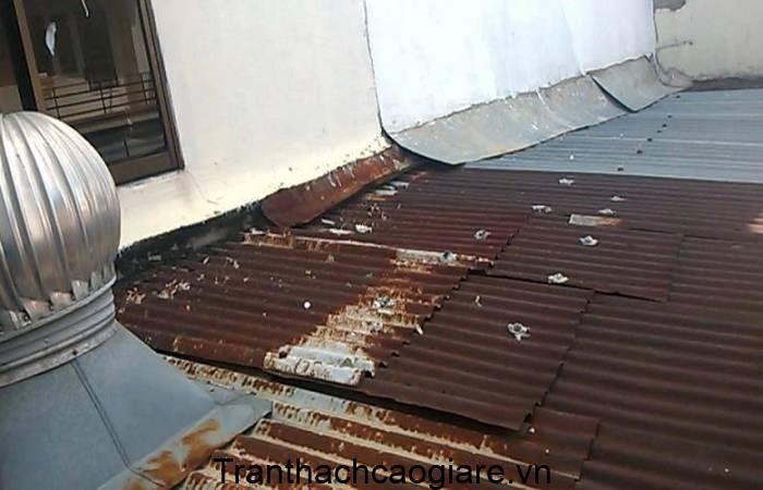 Mái tôn sử dụng lâu năm xuống cấp nghiêm trọng