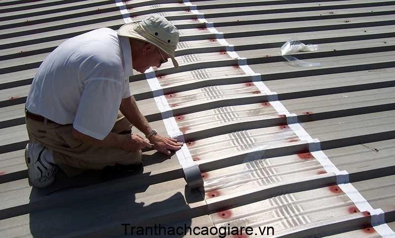 Sử dụng keo dán lại vị trí mái tôn bị dột