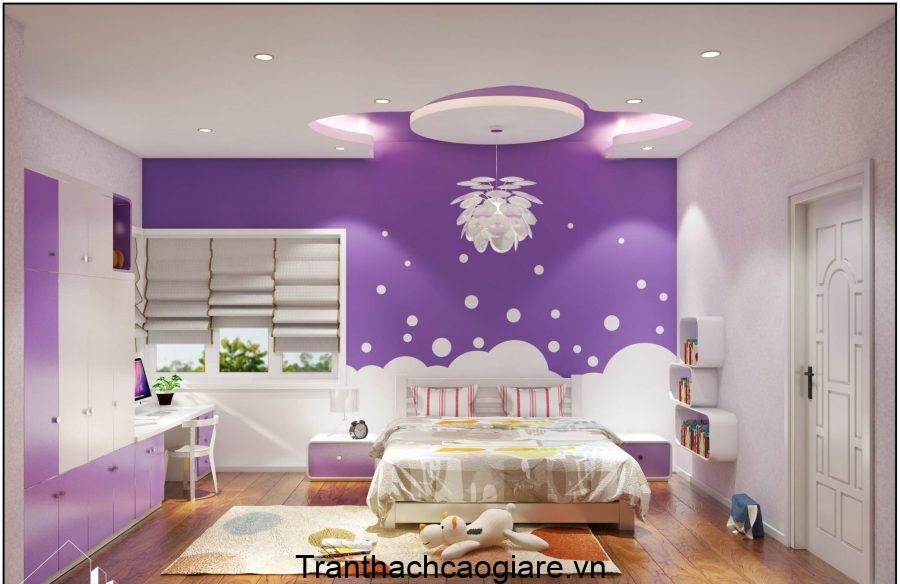 Căn phòng màu tím đầy mộng mơ với trần thạch cao thiết kế bông hoa cùng đèn chùm.