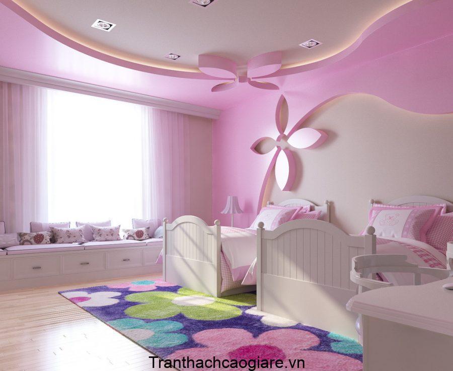Mẫu trần thạch cao với điểm nhấn là các bông hoa nhỏ, mang đến một không gian nhẹ nhàng, dễ chịu cho bé.