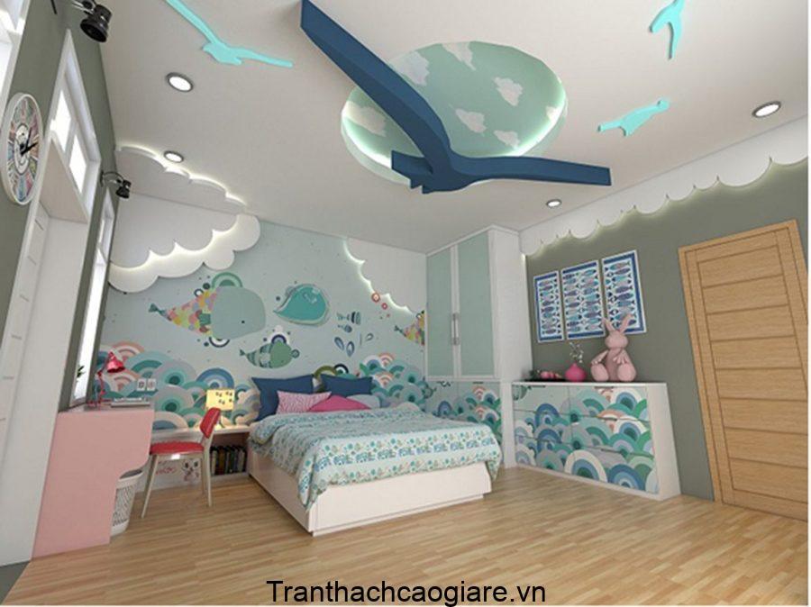 """Trần thạch cao cho phòng ngủ này được thiết kế như """"bầu trời"""" với các chú chim bay lượn"""