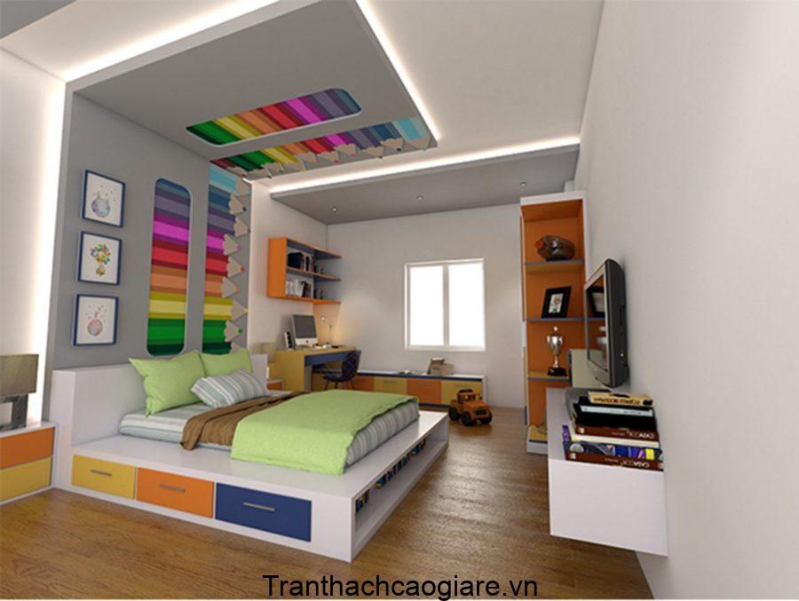 Căn phòng thể hiện đam mê sáng tạo, hội họa với trần thạch cao điểm nhất hộp bút màu nhiều màu sắc.