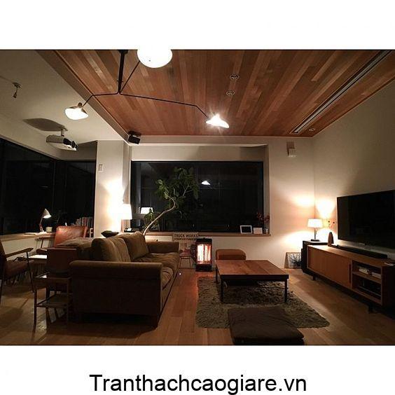 Trang trí sàn gỗ nhựa và trần gỗ nhựa cùng màu trang trí phòng khách